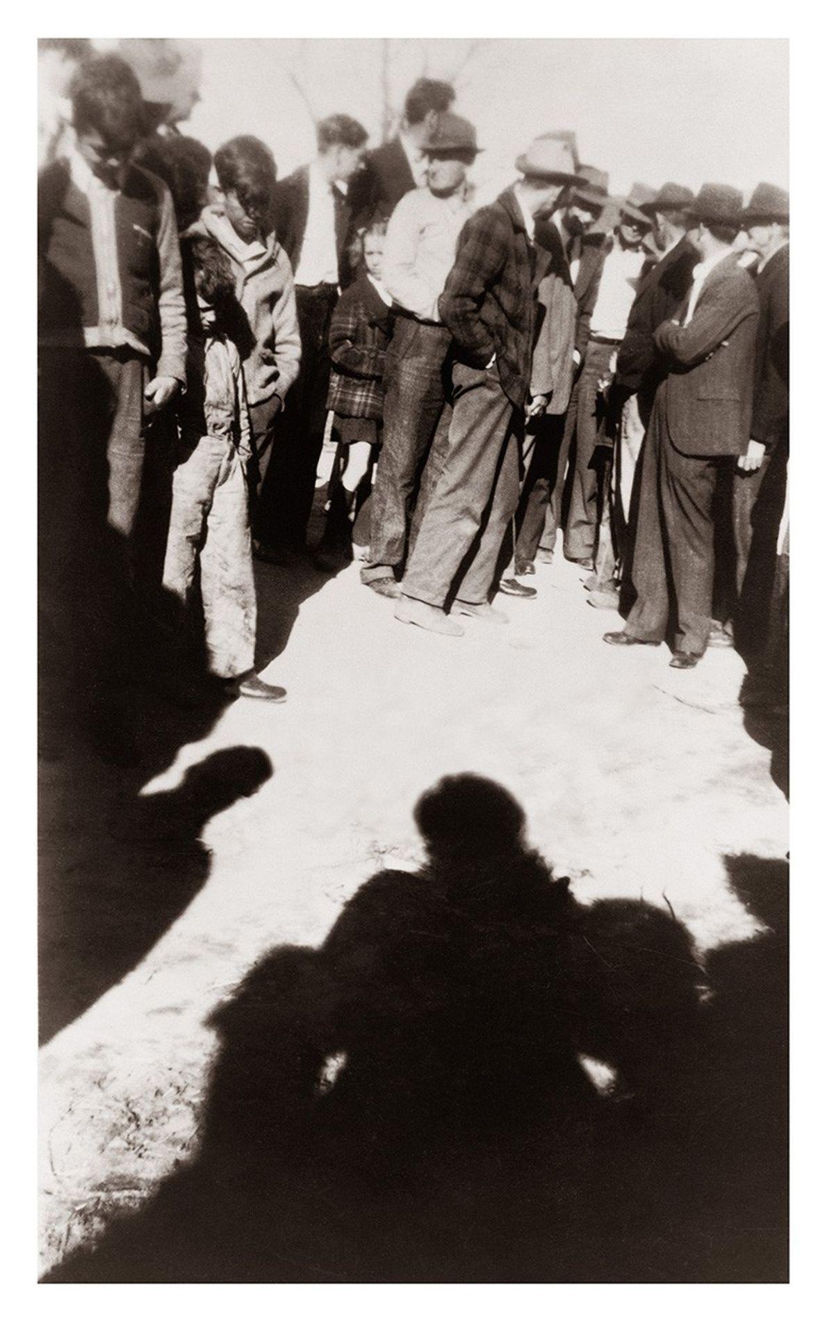 """Linchamiento de Cleo Right, Sikeston, MO., 1942.  Gonzales-Day sostiene que borrar a la víctima del linchamiento """"permite ..."""