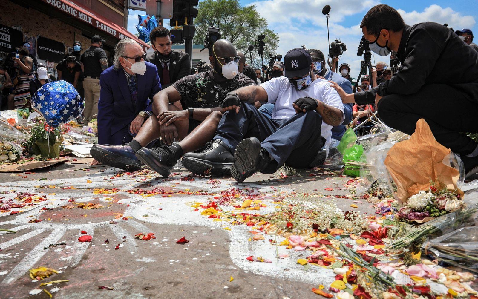 Terrence Floyd (segundo desde la derecha), desconsolado, en la intersección de la calle 38 y la ...