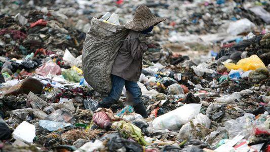 La prohibición de China a las importaciones de basura desplaza la crisis de residuos al Sudeste ...