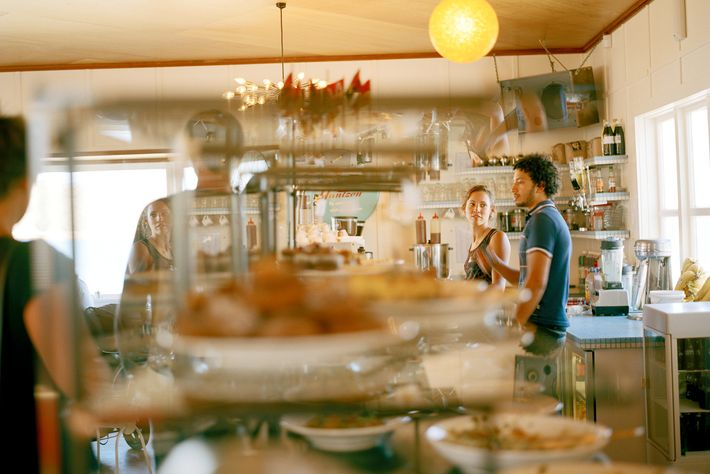 Clientes en Maranui Café, en Wellington, Nueva Zelanda.