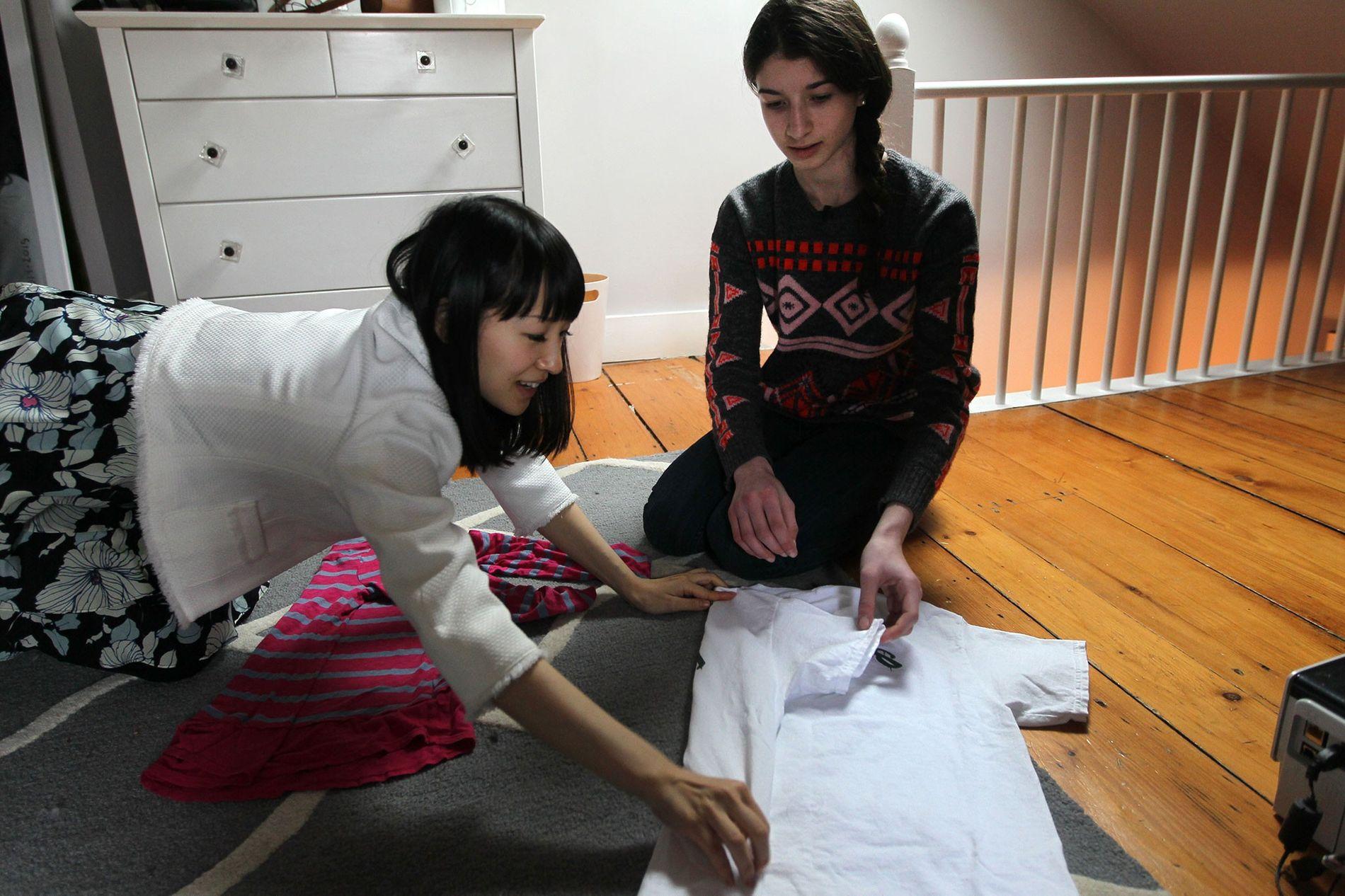 Marie Kondo le enseña a Otti Logan, de 16 años, cómo doblar la ropa. Kondo es ...