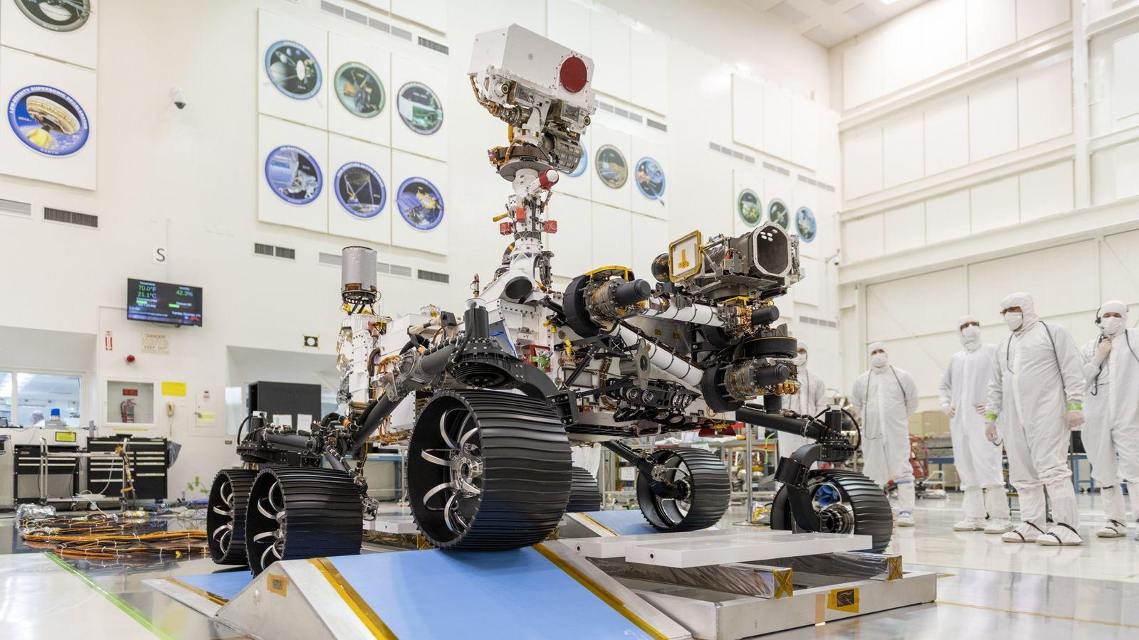 En una sala del Laboratorio de Propulsión a Chorro de la NASA en Pasadena, California, los ...