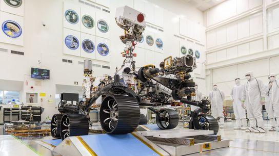 En una sala del Jet Propulsion Laboratory de la NASA en Pasadena, California, los ingenieros observaron ...