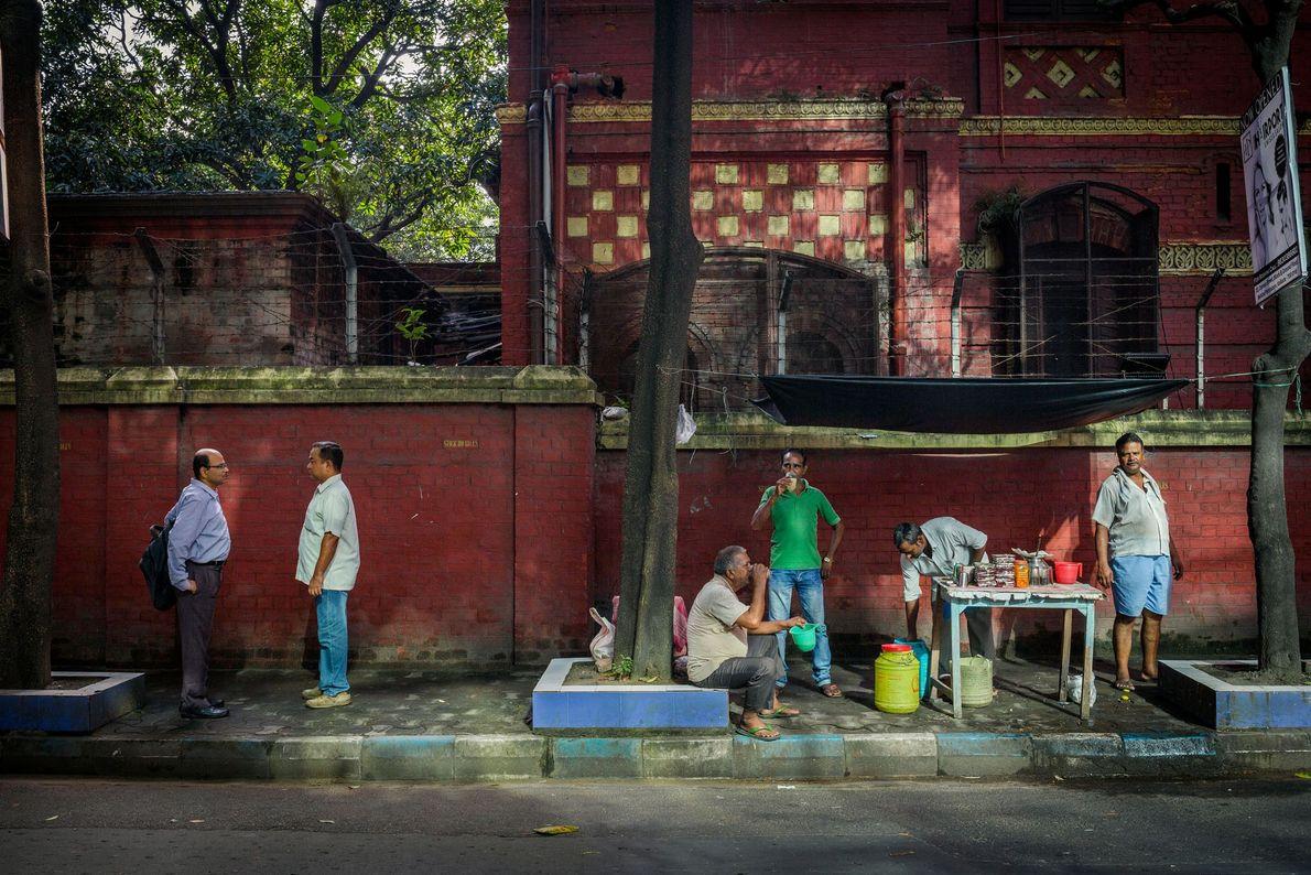 Dr. Martin Luther King Sarani en Kolkata, India Renombrada en 1986 Un comerciante vende una bebida hecha de ...
