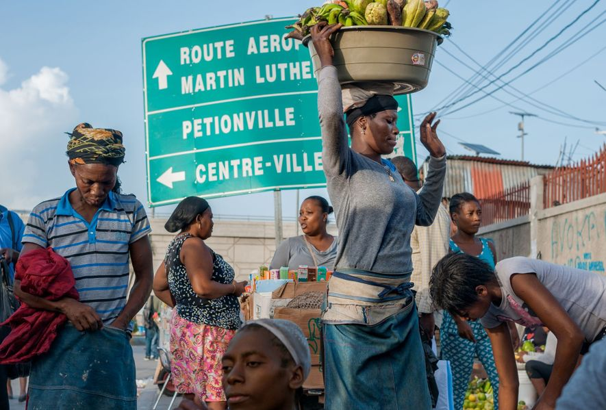 Avenue Martin Luther King en Port-au-Prince, Haiti Renombrada en 1968 Los vendedores se reúnen en la intersección de ...