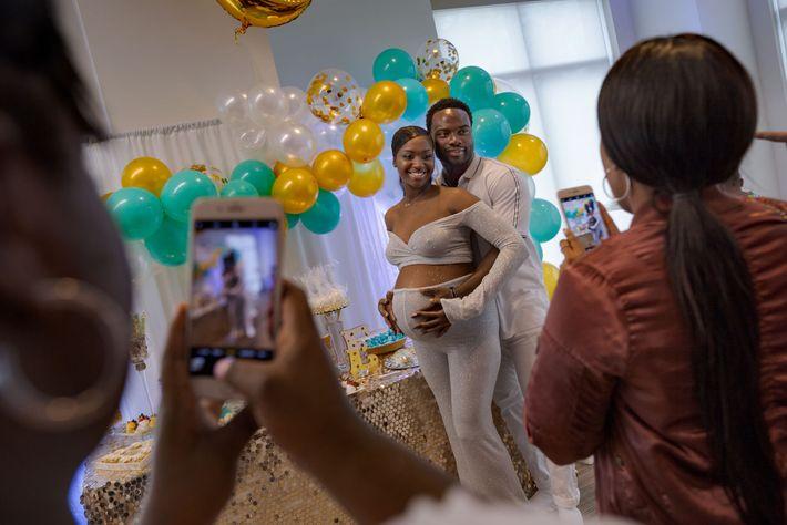 A las 34 semanas de embarazo, Brittany Capers (28) y DeAndre Price (25) celebran una fiesta ...