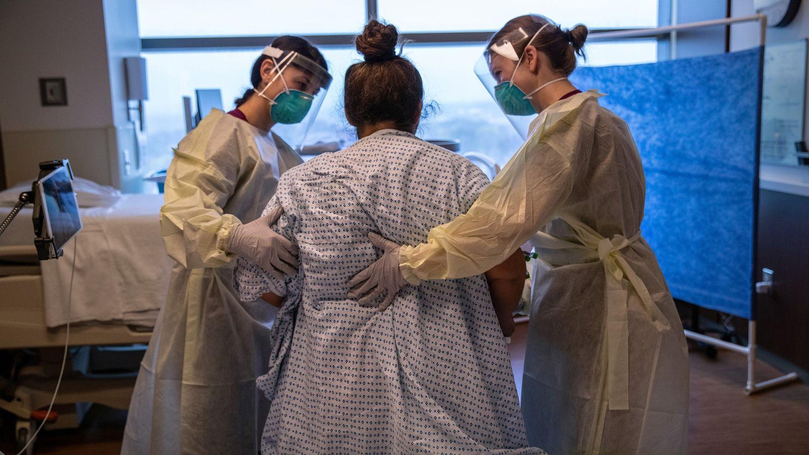 Trabajadoras del hospital ayudan a Zully, paciente con COVID-19 y refugiada guatemalteca, a dar sus primeros ...
