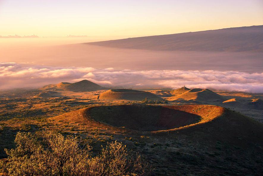 El sol brilla en el Mauna Kea, un volcán inactivo en Hawái que la NASA usa para observación y formación.