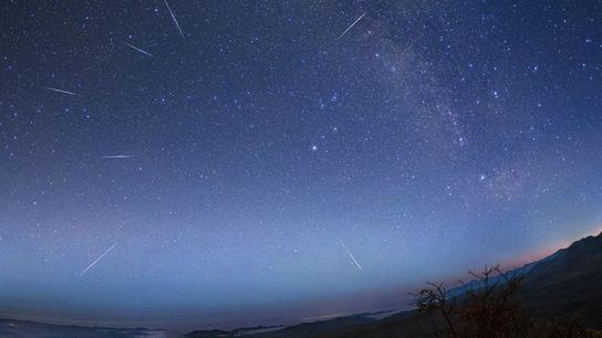 Los meteoros Eta Aquarid corren por el cielo sobre el desierto de Atacama en Chile durante ...