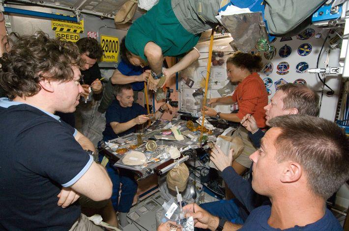 En julio del 2009, el transbordador espacial Endeavour se acopló a la EEI, lo que llevó ...