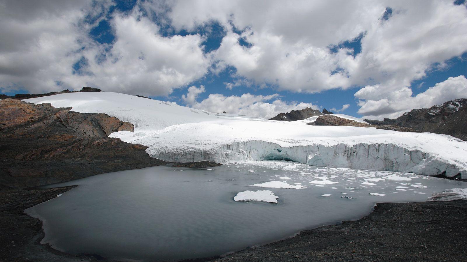 Un lago glaciar en la base del glaciar Pastoruri en los Andes peruanos. En esta zona, ...