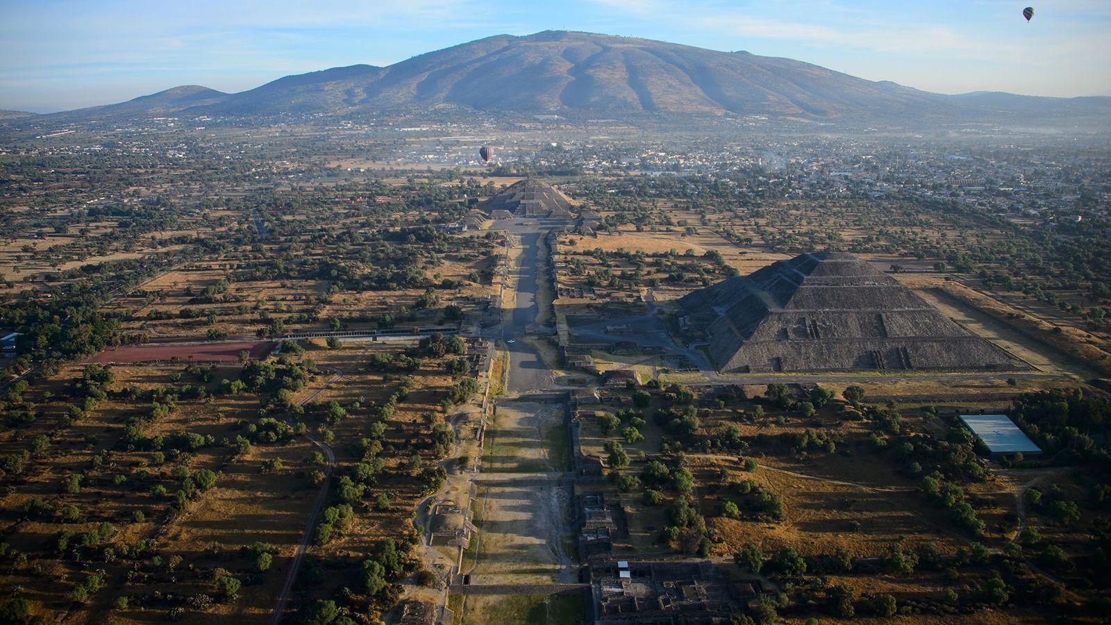 Globos aerostáticos flotan sobre Teotihuacán, una antigua ciudad mesoamericana y Patrimonio Mundial de la UNESCO, ubicado ...