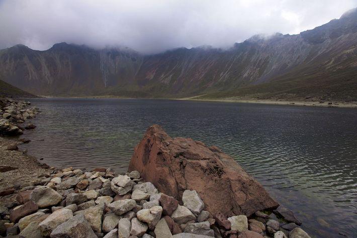 El lago Luna es uno de los lagos de crpater encontrados en el volcán extinto Nevado ...