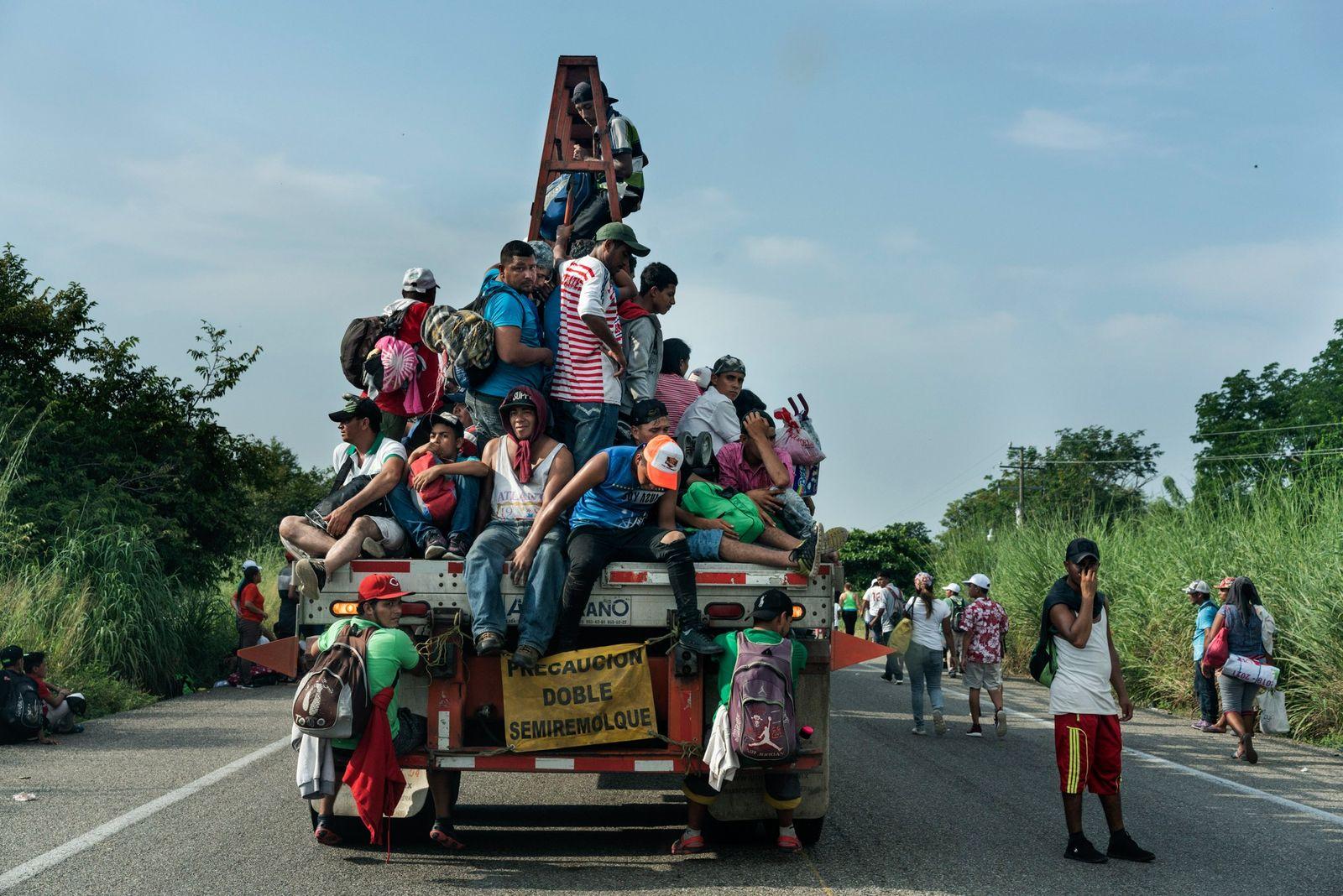 El 27 de octubre, los centroamericanos que forman parte de una caravana de miles de migrantes ...