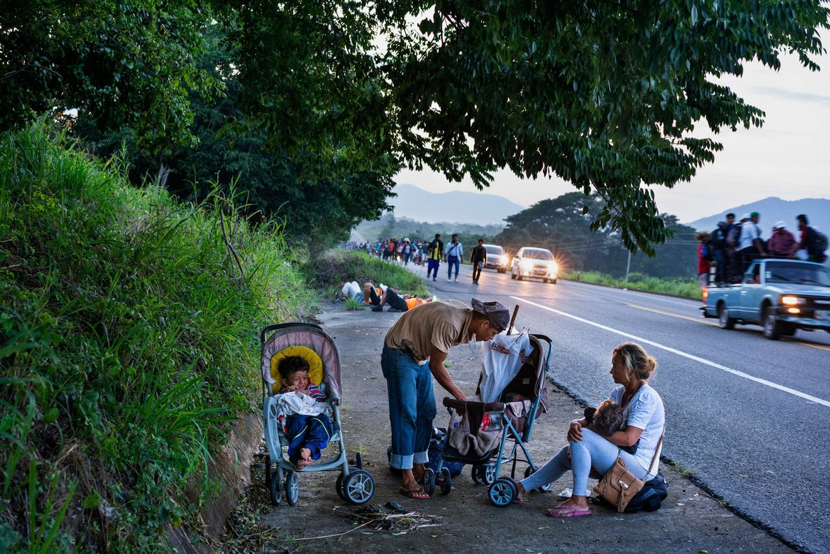 Fuera del pueblo de Santo Domingo Ingenio, en el estado mexicano de Oaxaca, los miembros de ...