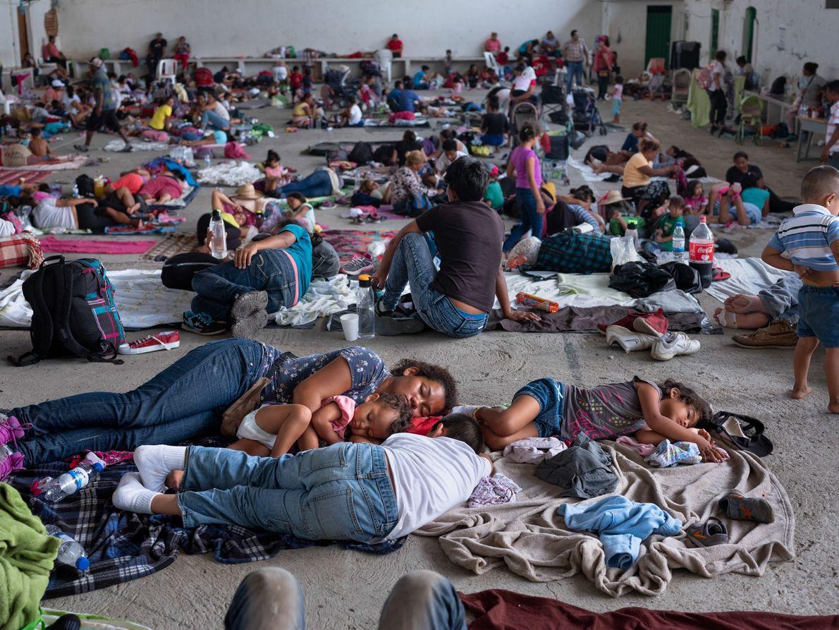 Migrantes que se dirigen hacia el norte—parte de una caravana que se creó en Honduras a ...