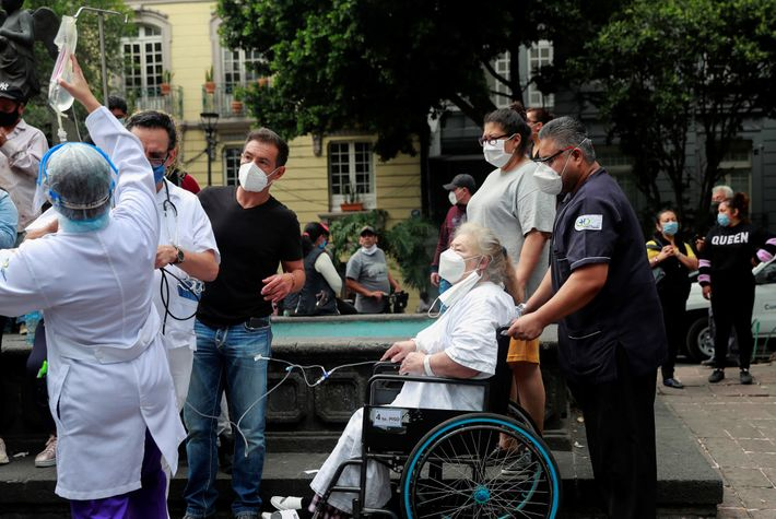 Los pacientes y el personal médico son atendidos fuera de un hospital en la Ciudad de ...