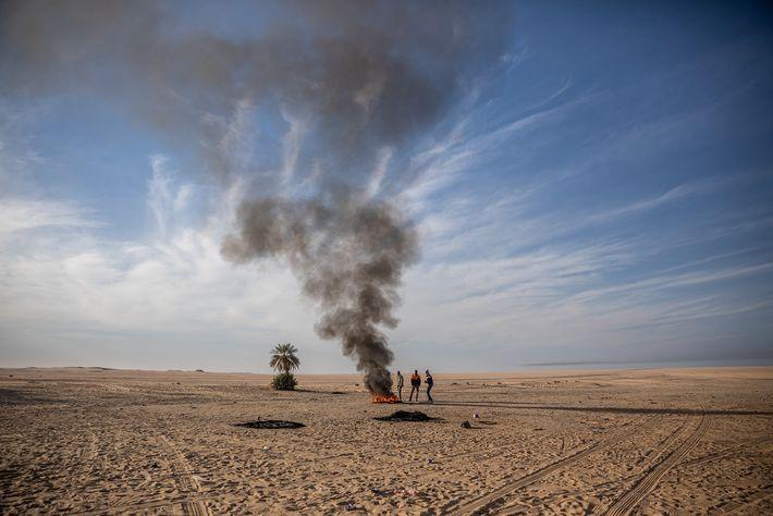 Estos migrantes, que se quedaron atrapados en el desierto de Agadez, Níger, cuando el camión se ...