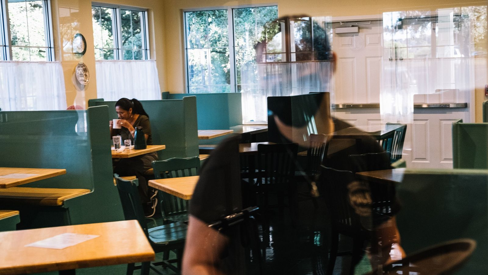 Un cliente y un mozo sentados en Magnolia Pancake Haus en San Antonio, Texas, el viernes 1° de ...