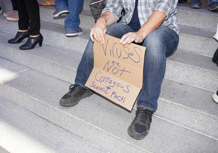 Un manifestante en un mitin antibloqueo en el centro de Los Ángeles, el 13 de julio ...