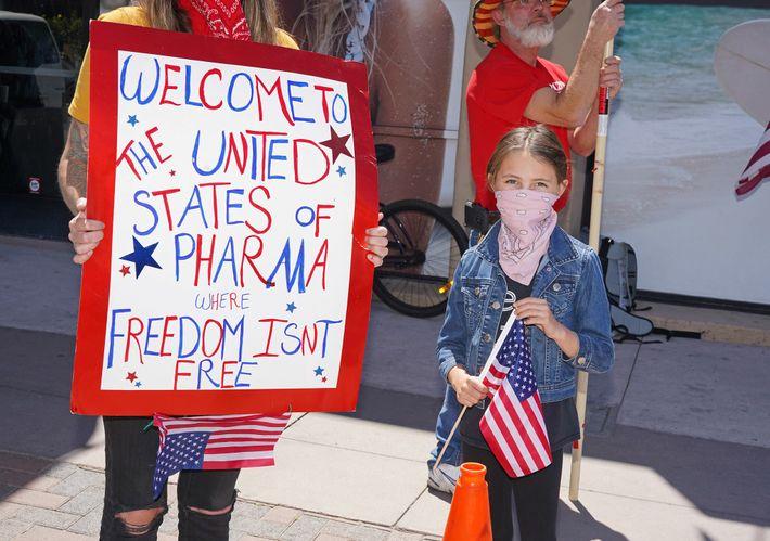 """Un manifestante en un encuentro """"antibloqueo"""" en Huntington Beach, California, viernes, 17 de abril de 2020. ..."""