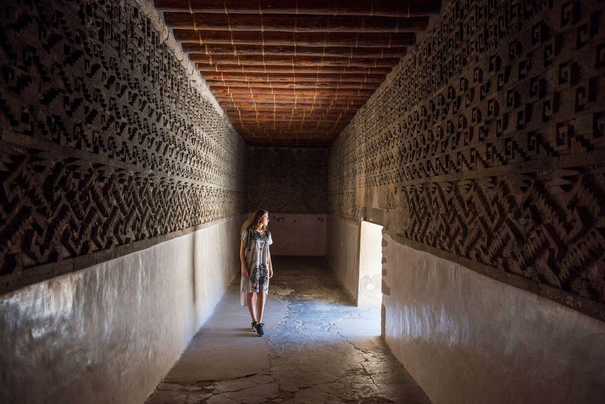 Una mujer pasea por una sala interna del Palacio del Grupo de las Columnas, en las ruinas arqueológicas de Mitla, ...