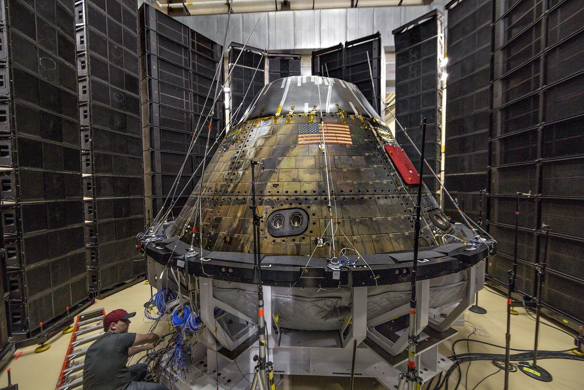 Además de trabajar con socios comerciales, la NASA está desarrollando una cápsula para tripulación llamada Orion, ...