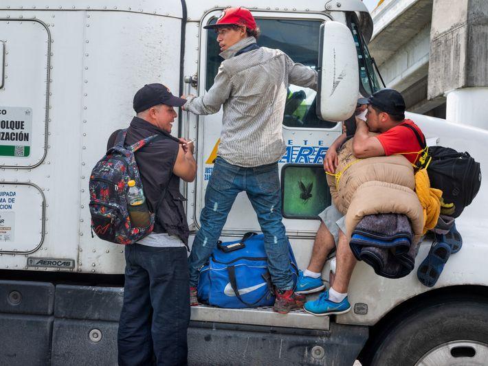 Los centroamericanos, que formaban parte de una caravana de miles de migrantes, emprendieron viaje en la ...