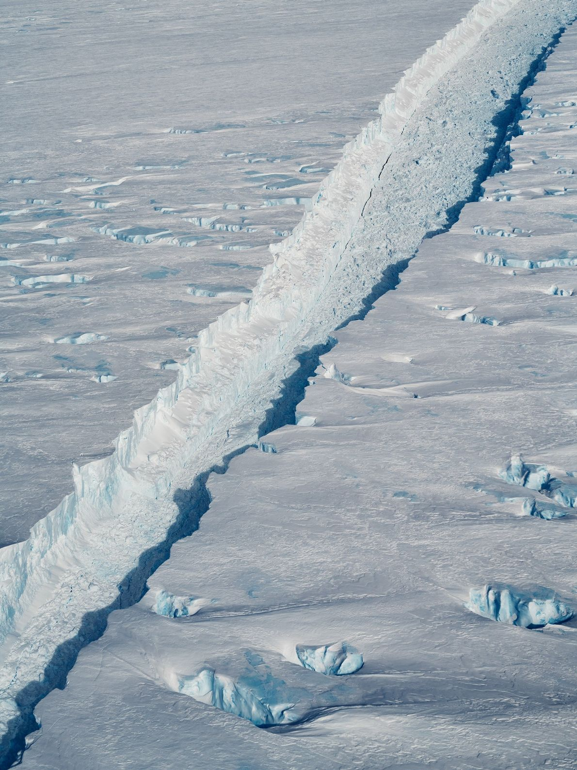 La fisura que separa al iceberg B-46 de la plataforma del Glaciar Pine Island en la ...