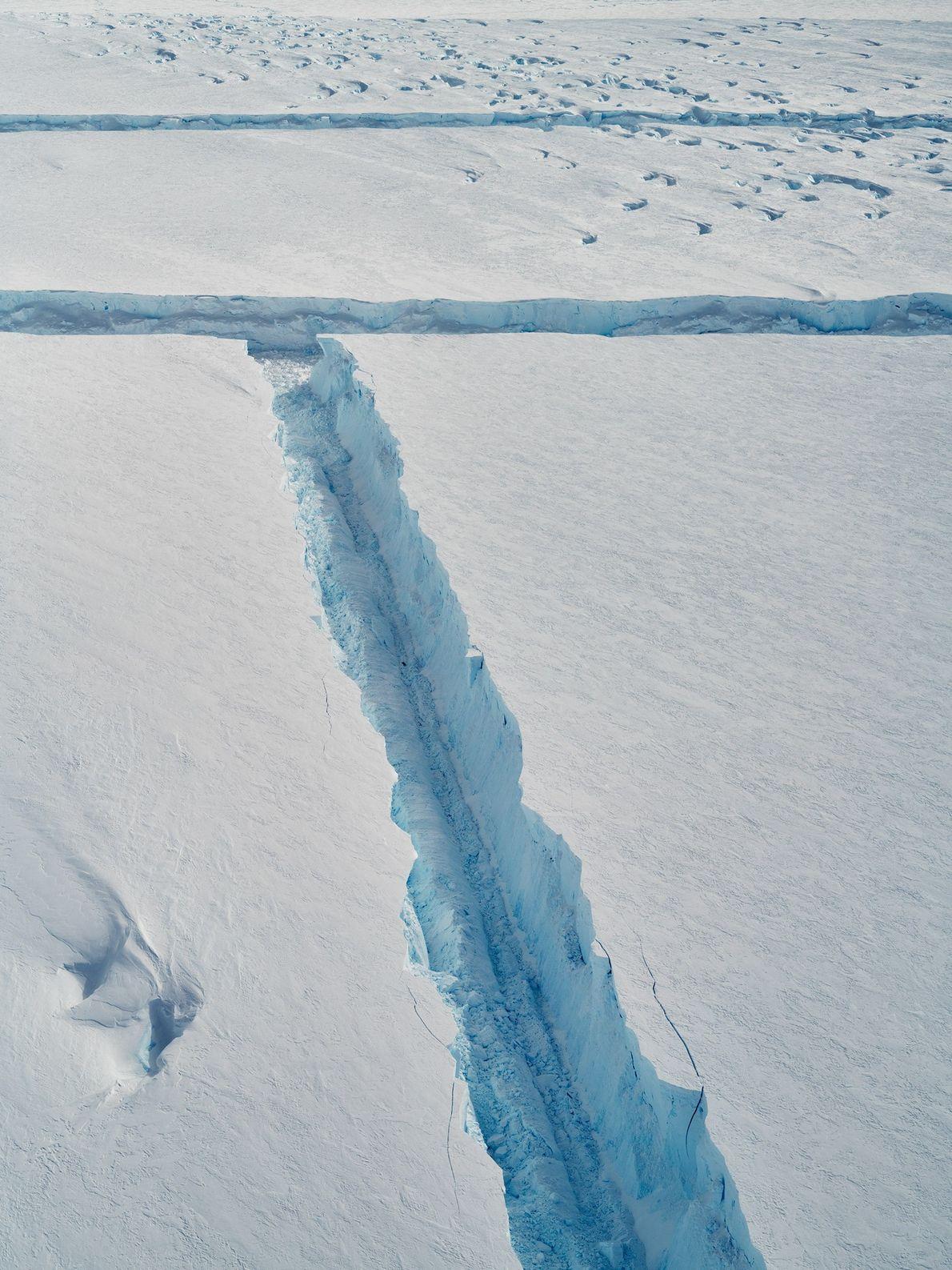 A medida que el B-46 se desprende, el hielo quebradizo se raja formando ángulos rectos.