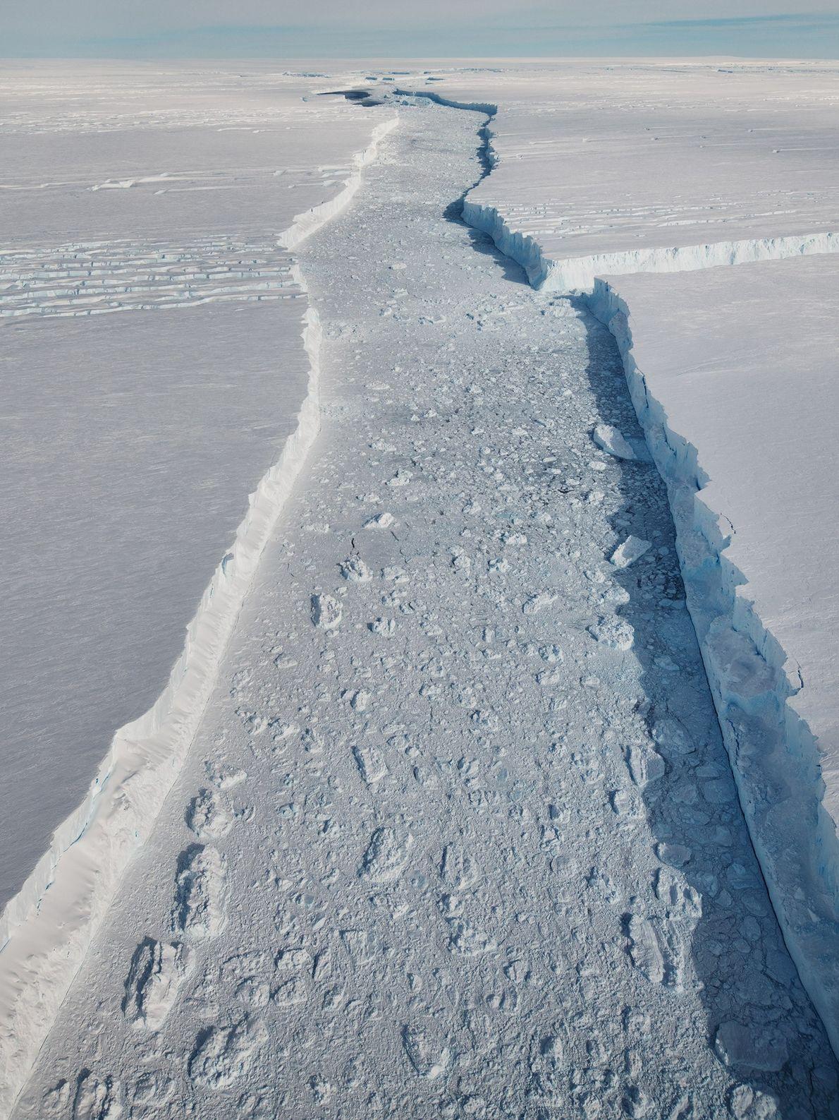 Otra vista de la fisura principal entre el B-46 y la plataforma de hielo.