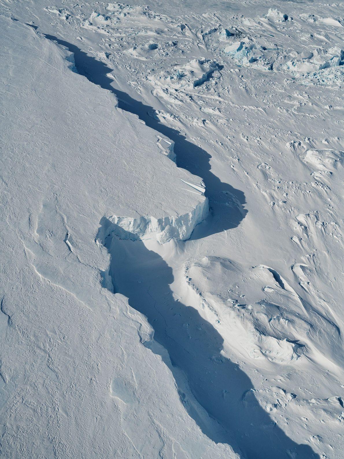 Los rayos de la luz polar y los altos acantilados en los bordes del iceberg forman ...
