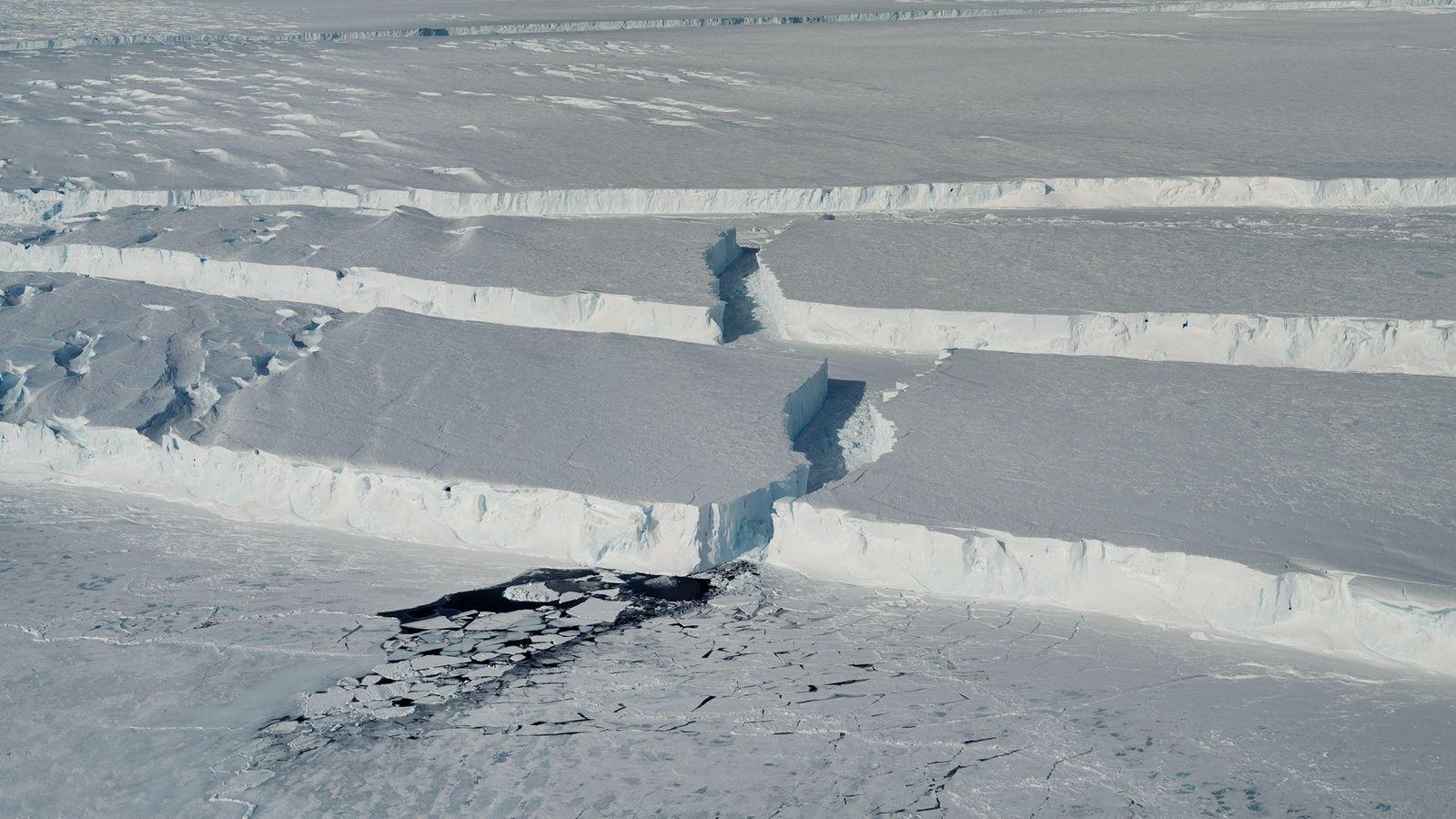 Las grietas de hielo curvas delimitan los bordes de este nuevo glaciar, apodado B-46, a medida ...