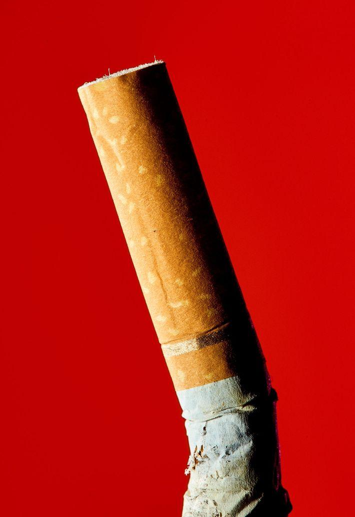 Las colillas de cigarrillo están entre los principales contaminantes plásticos: por año, se arroja al ambiente ...