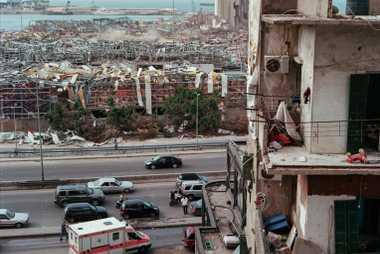 Los escombros de los almacenes destruidos por la explosión ensucian un paisaje devastado. Los libaneses esperan, ...