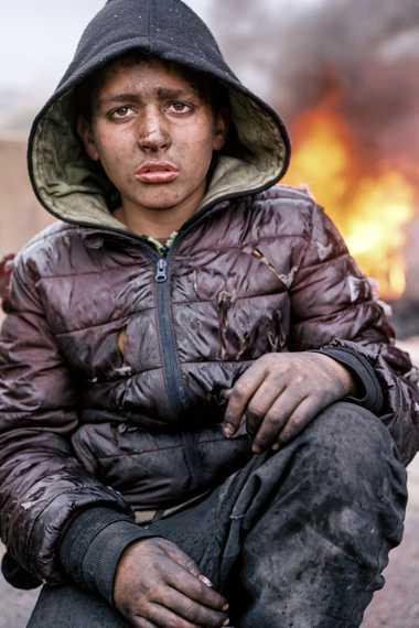 Hady Fowal, de 12 años, se toma un descanso tras sumarse a los niños y hombres ...