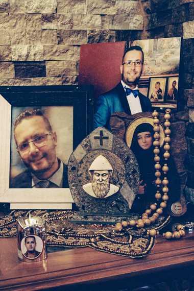 En la casa de sus padres en Ablah, en el valle de Bekaa, se exhiben retratos ...