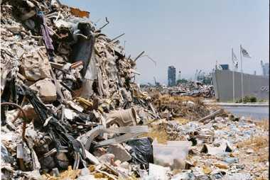 El puerto de Beirut ha vuelto a funcionar, aunque quedan pilas de restos un año después ...