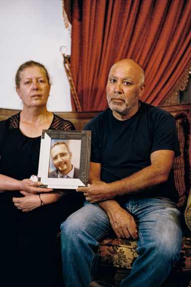 Rita y Elias Maalouf sostienen un retrato de su hijo, George. Culpan a la clase dominante ...