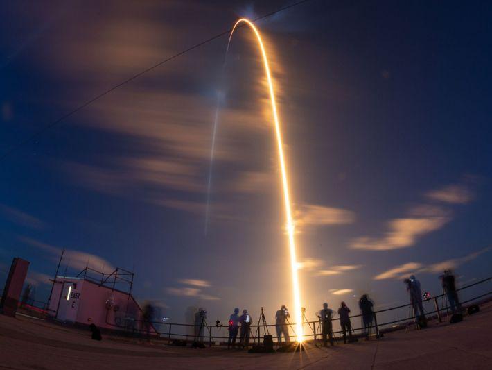 Un cohete Falcon 9 de SpaceX Falcon 9 cruza el cielo mientras lleva a la misión ...
