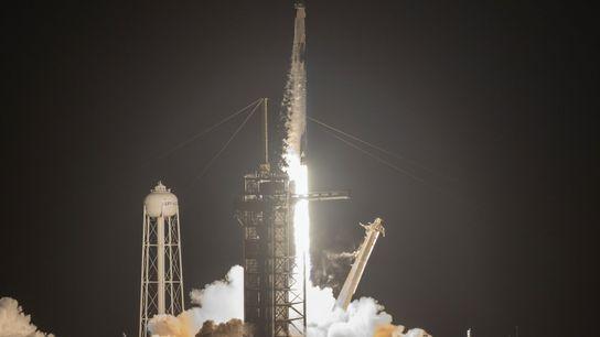 Un cohete Falcon 9 de SpaceX despega con la misión Inspiration4 al caer la noche, en ...