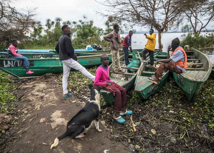 Luego de un día de trabajo en el lago, los pescadores descansan en la playa Tarambeta.