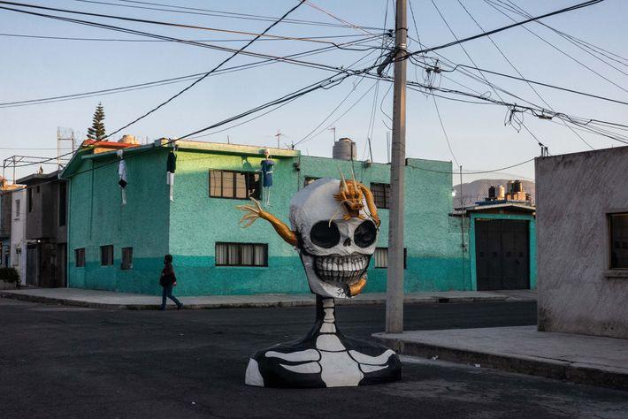 Una mujer pasa por detrás de una escultura hecha por el artista Raymundo Medina en el ...