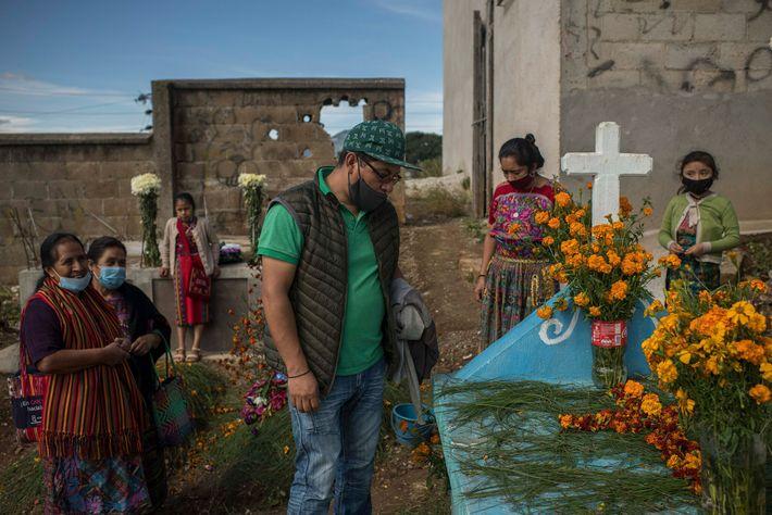 En San Juan Comalapa, Leonel Sotz visita la tumba de su padre, Basilio Sotz Morales, que ...