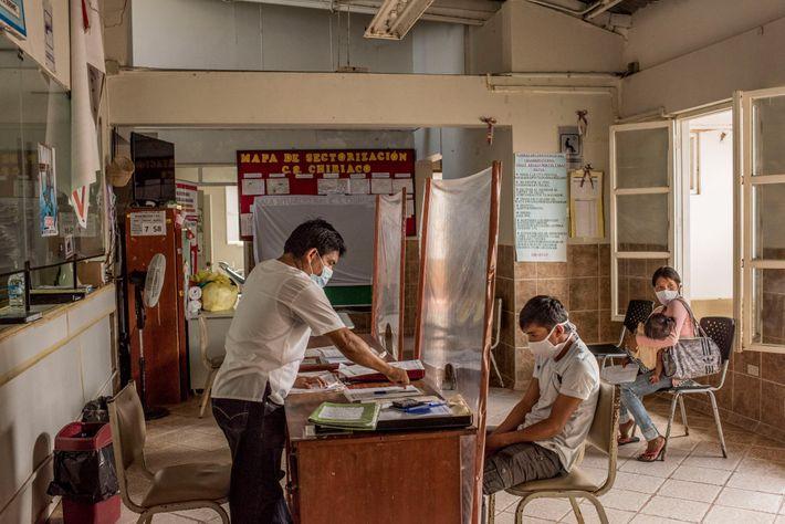 Walter Saan, de 16 años, es atendido por el enfermero Gusman Kunchiku en el centro de ...