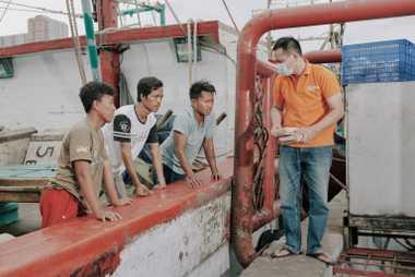 Los pescadores y trabajadores del puerto de Muara Angke, un área densamente poblada en el norte ...