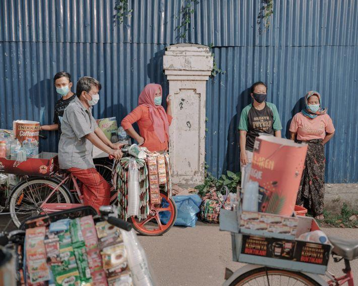 Los residentes de Kampung Starling, Senen, Yakarta Central, esperan a que la organización sin fines de ...