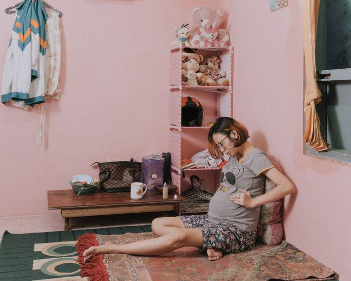 Desti Firdamayanti descansa en su casa en el subdistrito de Kenari, en el centro de Yakarta, ...