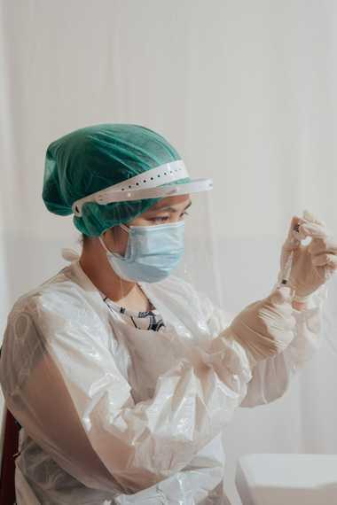 Un trabajador de la salud prepara una dosis de la vacuna Sinovac para la COVID-19 durante ...
