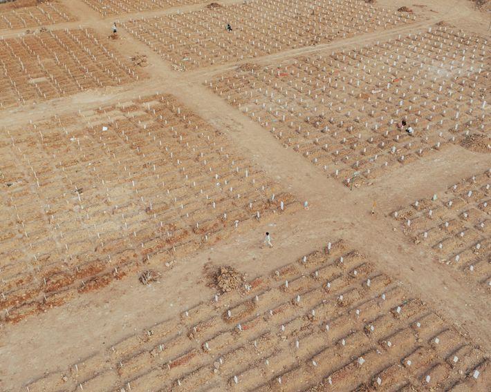 Hileras de tumbas recién excavadas llenan el cementerio público de Rorotan en Cilincing, Yakarta Septentrional. Aunque originalmente ...